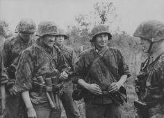 """1943, Le commandant du 42e Régiment de la 19.Waffen-Grenadier-Division der SS, Lettische Nr.2, le """"SS-Obersturmbannführer"""" Voldemārs Veiss (à Dte)"""