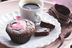 Cupcaky s jahodovým srdíčkem Baking, Breakfast, Tableware, Food, Cakes, Morning Coffee, Dinnerware, Cake Makers, Bakken