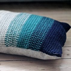 Make a pretty crochet ombre pillow with this technique. (in Danish)