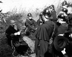 Maximilian Kolbe talking with firemen (but they look like friars wearing knight helmets to us! Catholic Saints, Patron Saints, Roman Catholic, Maximillian Kolbe, St Maximilian, Seven Sacraments, Friend Of God, Knights Helmet, St Joan
