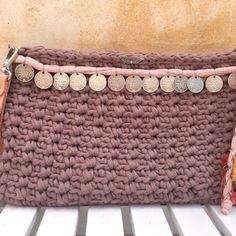 Aprende a tejer un Clutch de trapillo con solapa. Crochet Clutch, Crochet Purses, Diy Clutch, Clutch Bag, Tote Bag, Cute Crochet, Knit Crochet, Crochet Keychain, Diy Handbag