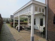 Mooie veranda in stijl bij het huis
