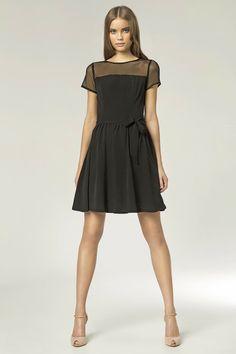 Petite robe noire, manches courtes, avec empiècement en tulle.