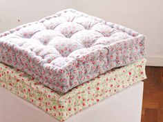 Quilted floor cushion tutorial (english version) - dobleufa: Quilted floor cushion tutorial (english version) You are in the right place about DIY deco - Cushion Tutorial, Pillow Tutorial, Futons, Fabric Crafts, Sewing Crafts, Sewing Projects, Sewing Diy, Sewing Rooms, Sewing Hacks