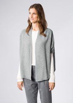 Mit stilvollem Schurwoll-Strick und weicher Beschaffenheit beeindruckt die Zweifarbige Strick-Jacke. Der breite Schalkragen erfährt von weiten Fledermaus-Ärmeln mit 3/4-Länge Unterstützung und prägt so den angesagten Kimono-Style. Ein besonderes Detail ist der aus locker abgestrickten Mohair Rücken. Aus 78% Wolle, 12% Polyamid und 10% Mohair....