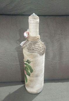 """Garrafa de vidro """"Vintage flor Rosa""""!    (Para pedidos em quantidade fornecemos desconto!! Consulte-nos!!)    Lindíssima e charmosa garrafa de vidro estilo vintage com rosas! Toda contornada com barbante e estampa de rosas vintage com adereços e detalhes envelhecidos embelezando a peça.  E ainda ..."""