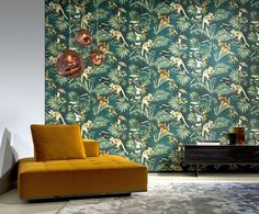 Een levendig decor geïnspireerd op de jungle van Sumatra, waar we de neushoornvogels en kapucijnaapjes ontdekken in hun natuurlijke habitat A vibrant décor inspired by the jungle of Sumatra, where we discover the hornbills and capuchin monkeys in the Wallpaper S, Decor, Interior Stylist, House Styles, Wall Coverings, Interior Design, Home Decor, Hand Painted Wallcoverings, Rich Color Palette