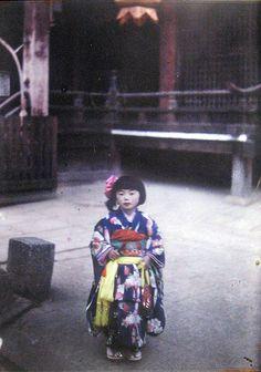 "taishou-kun: "" Roger Dumas for Albert Kahn - Archives of the Planet : Japanese girl in kimono at temple, Japan - Autochrome - 1926-27 """