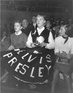 A teen-aged Elvis Presley fan waits with camera at his first Indiana concert in Ft. Wayne, May 1957 before he entered the Army. Elvis Presley Live, Elvis Presley Images, Scotty Moore, Elvis Memorabilia, Young Elvis, King Of Kings, Teenage Dream, Vintage Pictures, Rock And Roll