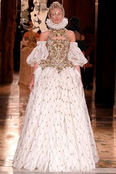 Alexander McQueen Fall 2013 Paris  Wide ruff collar with Wheel farthingale and lower neckline with puffs on the arms