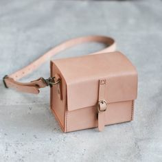 Classy Hand Stitched nude Leather Camera Case - The Earthy Handmade - Camera Bags & Camera Cases Leather Bags Handmade, Leather Craft, My Bags, Purses And Bags, Leather Bag Pattern, Leather Camera Bag, Thick Leather, Camera Case, Leather Working