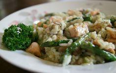 Dit recept voor Risotto met Asperge, champignon, zalm en lente ui staat binnen een half uur op tafel, is waanzinnig lekker en ook nog gezond. Bekijk recept