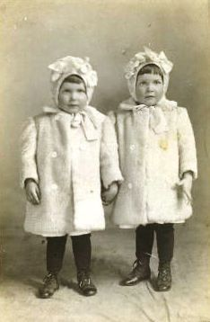 Vintage photo of 2 little girls Vintage Children Photos, Vintage Twins, Vintage Images, Antique Pictures, Old Pictures, Old Photos, Vintage Photographs, Beautiful Children, Vintage Beauty