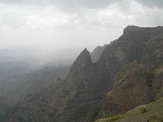 Etiopia 01 Parque Nacional de Simien  La erosión secular masiva ha creado en la meseta etíope uno de los paisajes más espectaculares del mundo con picos, valles hondos y precipicios escarpados que alcanzan los 1.500 metros de profundidad.