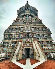 """Templo Koodal Azhagar es uno de los 108 Divya Desams del Señor Vishnu. Situado en el corazón de la ciudad templo de Madurai, este templo data, de vuelta a la era de Sangam. Hay referencias a este templo se encuentra en el Paripadal y Silappadikaram. La deidad que preside fue elogiado y adorada por los Tamil Sangam Poetas como el presidente y la deidad guardiana de la Sangam y le llama por el nombre de """"Thuvarikoman"""" (el rey que gobernaba desde Dwaraka) y Koodal Azhagar"""