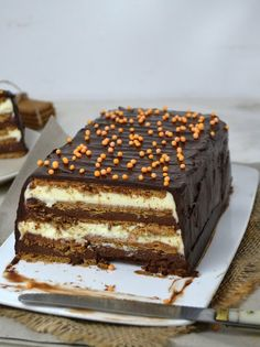 Two chocolate cake with cookies No oven! - Two chocolate cake with cookies No oven! Köstliche Desserts, Delicious Desserts, Yummy Food, Sweet Recipes, Cake Recipes, Dessert Recipes, Choco Chocolate, Pastry Cake, Cake Shop