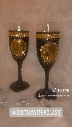 Decorated Liquor Bottles, Decorated Wine Glasses, Glitter Wine Glasses, Diy Wine Glasses, Wine Bottles, Glass Bottles, Christmas Candle Decorations, Wine Glass Designs, Personalized Wine Glasses