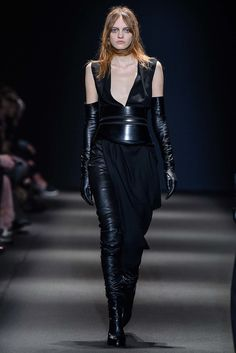 The complete Ann Demeulemeester Fall 2015 Ready-to-Wear fashion show now on Vogue Runway. Catwalk Fashion, Fashion Week, Fashion Models, Fashion Show, Fashion 2015, Fashion Designers, Ann Demeulemeester, Vogue Paris, Elegant Gloves