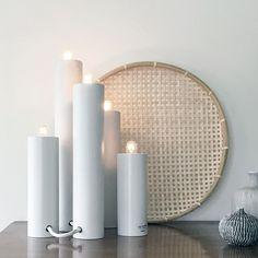 Orgel är en adventsljusstake och en bordslampa.Ljusen sitter fast i varandra med en vit textilkabel. De kan placeras på rad som en klassisk adventsljusstake,