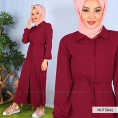 d6ac48b910d9b Elbise klasik yaka olup, bel iplidir. Boydan düğmeli olan bordo renkli  elbise desensiz ve