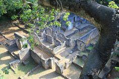 Ruinas de la ciudad suajili de Gede    Las ruinas de Gede son las reminiscencias de la ciudad suajili, un pueblo cerca de la ciudad costera de Malindi en Kenia.    Durante los siglos XIII, XIV y XVII, Gede fue una próspera comunidad junto a la costa oriental de África. Aunque no existen registros escritos acerca de la ciudad, las excavaciones llevadas a cabo entre 1948 y 1958 revelaron que los habitantes musulmanes comerciaron con gentes de todo el mundo.