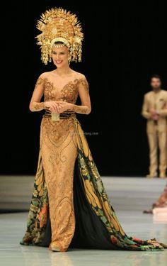 Javanese Wedding, Indonesian Wedding, Batik Kebaya, Kebaya Dress, Kebaya Wedding, Wedding Dresses, Model Kebaya Modern, Indonesian Kebaya, Hijab Gown