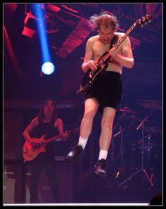 AC/DC Live Barcelona 2009 : ANGUS POR LOS AIRES DE BARCELONA, ESPAÑA.  AC DC - Live in Barcelona - For those about to rock - 31/03/2009 - Palau Sant Jordi http://www.youtube.com/watch?v=40GrmEc356I | nick_of_time