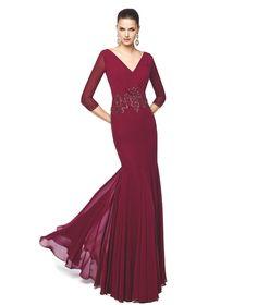 Vestido de festa grená comprido com pregas na saia Modelo Nerea - Pronovias 2015