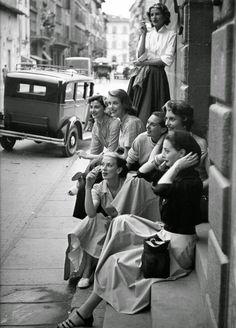 Women on an Italian street, Photo by Milton Greene. Black and white Milton Greene, Mode Vintage, Vintage Love, Vintage Beauty, Vintage Art, Vintage Girls, Vintage Italy, Vintage Friends, Vintage Black