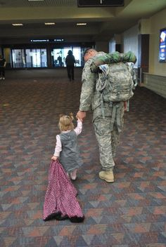 soldier father - totally dad and M this is at my airport! Military Homecoming, Military Love, Military Brat, American Soldiers, American Veterans, Support Our Troops, Fight For Us, Army Life, We Are The World