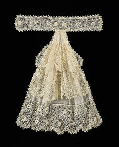 A good example of the kind of women's neckwear popular in the late and early centuries, the luxurious sensibility of this jabot softens the look of the more masculine skirt and jacket it would have been worn with Edwardian Clothing, Antique Clothing, Historical Clothing, 1900s Fashion, Edwardian Fashion, Vintage Fashion, Vintage Outfits, Vintage Dresses, Moda Retro