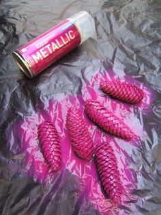 Tee-se-itse-naisen sisustusblogi: Metallic Spray-painted Spruce Cones for Christmas Decorations