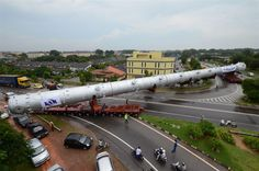 Transporting 80 meter length cargo (gigantic reactor boilers for a chemical plant) in Singapore http://www.slideshare.net/athmedia/megatransport