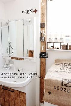 洗面所での活用例。ごくシンプルに柱を一本立てるだけでも、フックやカゴをつければ使い勝手がぐんと向上。さらに木質感もプラスされて、よりナチュラルで気持ちのいい空間に。