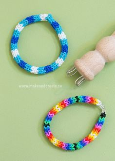 Påtade gummibandsarmband - Pyssel and pysseltips - Make and Create.   Use a French knitting bobbin with loom bands for an I-cord effect.