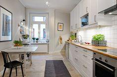 Fräscht kök i vitt och rostfritt