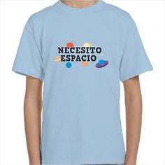 Camiseta divertida con el mensaje Necesito espacio alrededor de una peculiar galaxia. Un bonito diseño que hará de esta camiseta infantil una de las favoritas de tu pequeño.