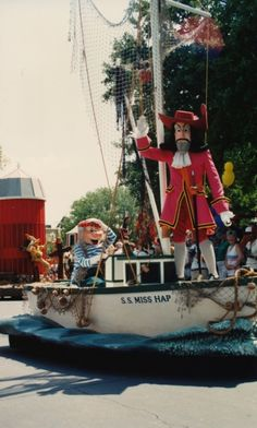 An old parade float with Captain Hook and Mr. Punk Disney, Old Disney, Disney Fan Art, Disney Magic, Disney Princess Facts, Disney Fun Facts, Vintage Disneyland, Disneyland History, Disneyland Secrets