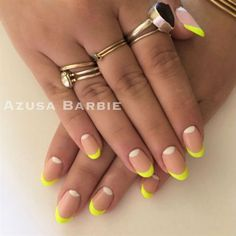 """Si te encanta el neón en las uñas pero necesitas algo un poquito más discreto, te recomendamos un """"french neón"""" para darle un pop de color a tu manicure."""