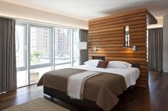Holzwand mit offener Lattung ist ideal als Akzent im Interieur und Raumteiler