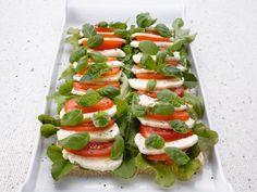 Tomaatti-mozzarellatorttu Caprese Salad, Mozzarella, Sushi, Chili, Food And Drink, Ethnic Recipes, Red Peppers, Chile, Chilis