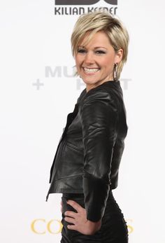 Helene Fischer Dangle Decorative Earrings - Helene adds shine to her black leather jacket with a dazzling pair of dangle earrings. Hair Day, New Hair, Corte Shaggy, Short Hair Cuts, Short Hair Styles, Platinum Blonde Bobs, Long Side Bangs, Angled Bob Haircuts, Blonde Bob Haircut