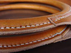 Unieke handgenaaide handtas uit zeer kwaliteitsvol plantaardig gelooid leder. De handvaten zijn vakkundig afgewerkt en zorgvuldig aan de tas genaaid. Kan op vraag in andere kleuren besteld worden. Afmetingen: 40cm/60cm.13