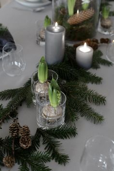 An easy Christmas table setting After a romantic getaway to Oslo from Friday to Sunday, we ended our weekend by having my family over for Christmas porridge. This is a tradition we started when we Christmas Dining Table, Christmas Table Settings, Christmas Tablescapes, Christmas Table Decorations, Holiday Tables, Decoration Table, Green Christmas, Simple Christmas, Beautiful Christmas