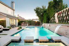 Por aqui já compartilhe fotos da casa de quase todos os integrantes da família Kardashian, mas falta um, o rapaz, o herdeiro oficial Karsdashian: Rob! O caçula do klã acaba de ganhar uma simpática casa da Mama Jenner em Calabasas, bem perto de toda a família. A morada tem 4 quartos e custou U#2.3MI, vejam […]