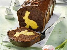 A sweet bunny is hidden in each piece of the Easter bunny cake with cocoa glaze Informations About Osterhasenkuchen mit Kakaoglasur Pin You can easily