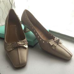 Stuart Weitzman, excellent condition 7 1/2M Perfect classic elegant leather shoe Stuart Weitzman Shoes Heels