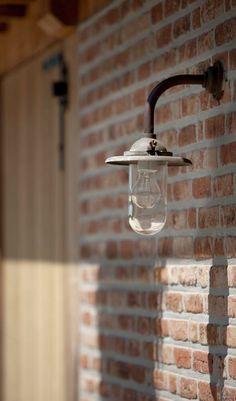 Lampe Glühbirnenform ziegelwand