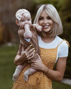 Maternity In White - Cara Loren Medium Hair Styles, Short Hair Styles, Blonde Kids, Bob Haircut For Fine Hair, Cara Loren, Pelo Pixie, Mom Hairstyles, Hair Affair, Dream Hair