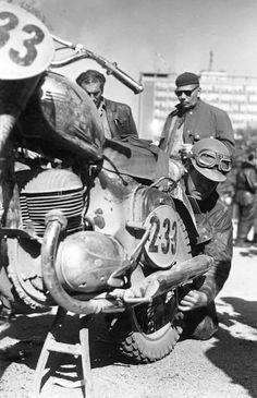 Free² Vintage Motorcycles, Cars And Motorcycles, Jawa 350, Bobber Motorcycle, Old Bikes, Classic Bikes, Bike Design, Old Skool, Brad Pitt